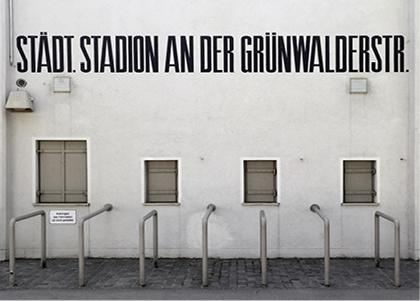 Die legendäre Anzeigetafel vom Grünwalder Stadion als Doppelkarte mit Parkscheibenprinzip 1