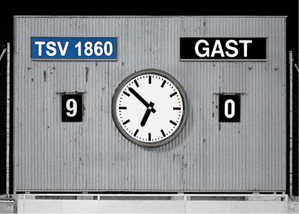 Die legendäre Anzeigetafel vom Grünwalder Stadion als Doppelkarte mit Parkscheibenprinzip